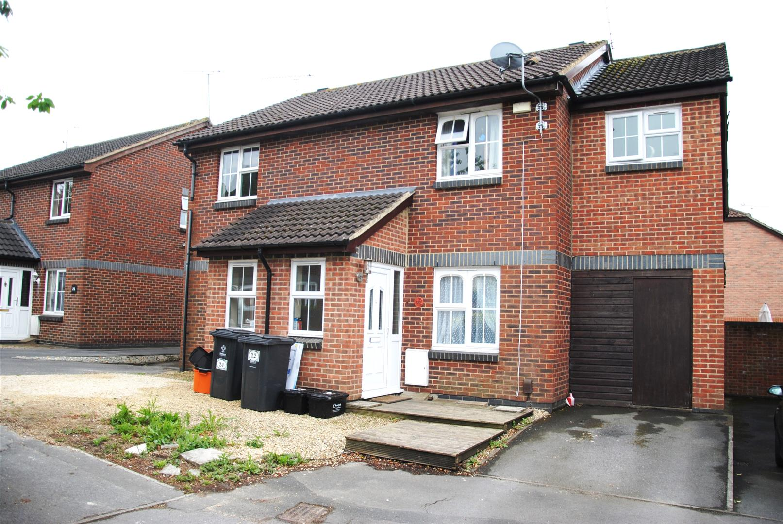3 Bedrooms Semi Detached House for sale in Harvester Close, Middleleaze, Swindon